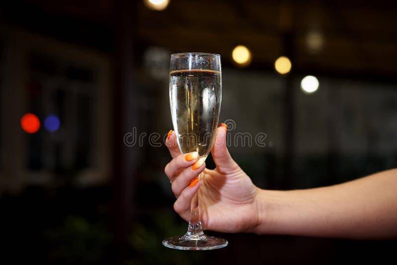 Ett exponeringsglas av kall champagne arkivfoto