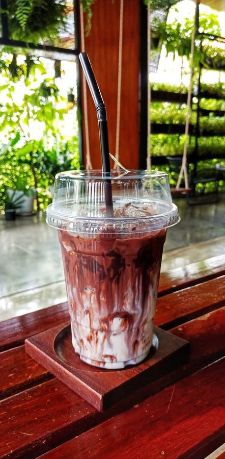 Ett exponeringsglas av med is choklad eller kakao royaltyfri fotografi