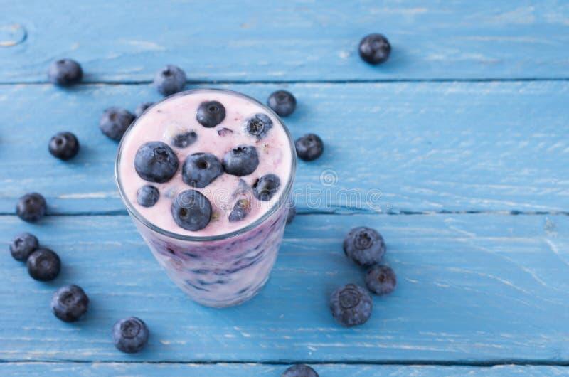 Ett exponeringsglas av ny yoghurt Yoghurt från blåbäret royaltyfri foto