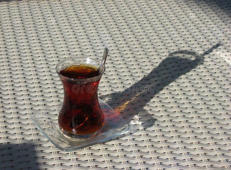 Ett exponeringsglas av turkiskt te royaltyfria bilder
