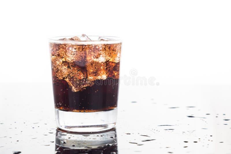 Ett exponeringsglas av uppfriskande kall mousserande cola dricker arkivfoton