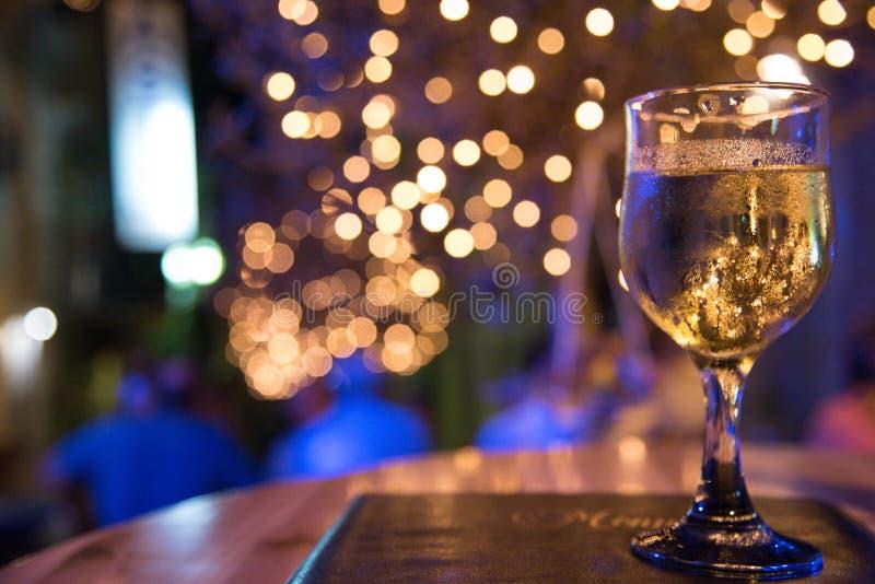 Ett exponeringsglas av vin i en restaurang med kopieringsutrymmet royaltyfria bilder