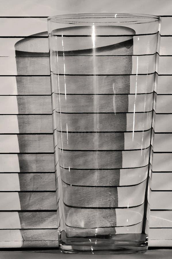 Ett exponeringsglas på bakgrunden av rullgardiner, skugga royaltyfri fotografi
