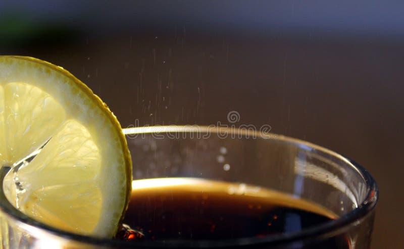 Ett exponeringsglas som är fullt av cola royaltyfri bild