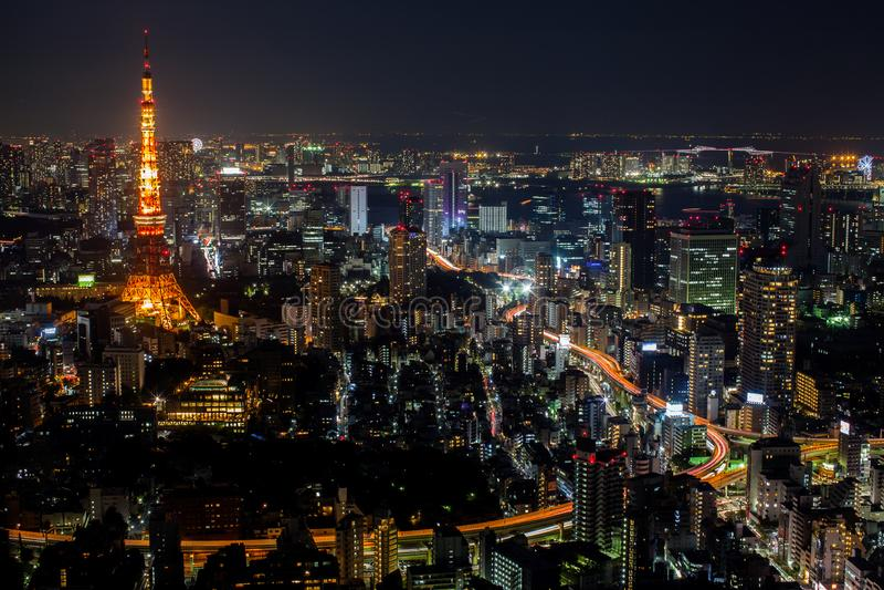 Ett färgrikt av den bästa sikten för cityscapenatt av det Tokyo tornet royaltyfri bild