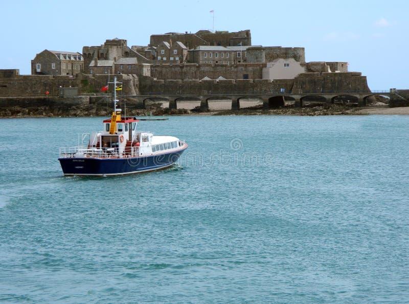 Ett färjaanbud i Guernsey arkivfoto