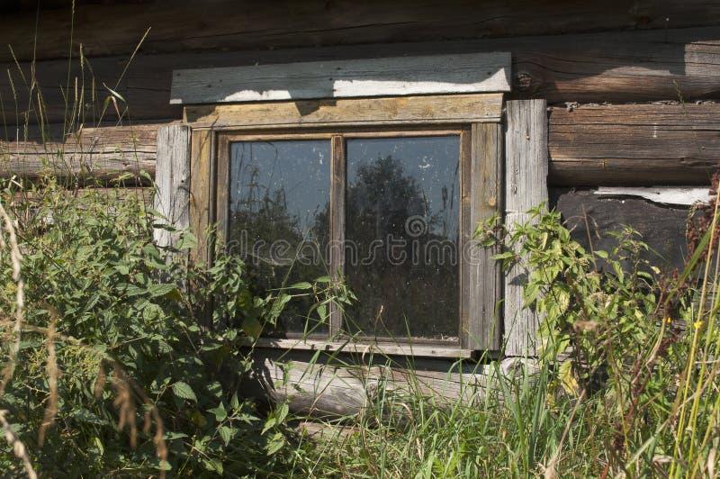 Ett fönster är det gamla lantliga hemmet royaltyfri bild