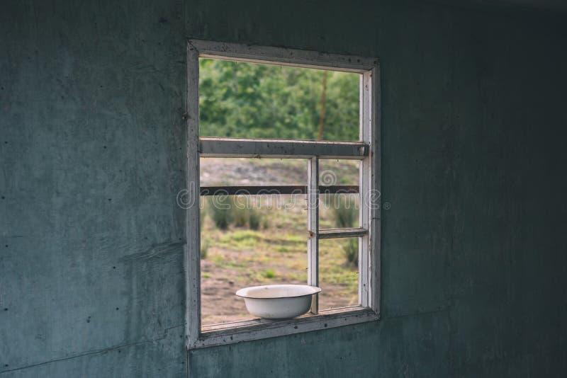 Ett fönster i ett gammalt övergett hus royaltyfri bild