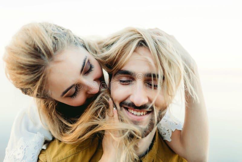 Ett förälskat ungt par ha roligt och spela med ett hår av flickan En gladlynt brud och brudgum som skrattar, närbild royaltyfri bild