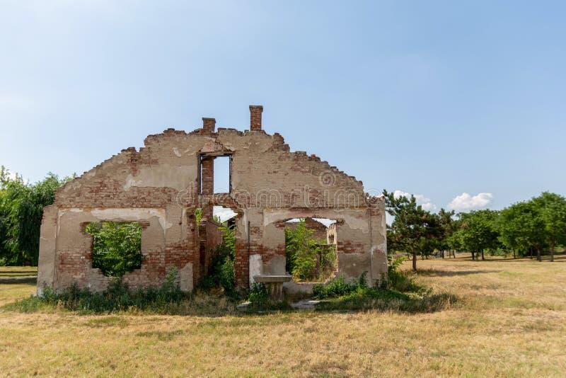 Ett förstört gammalt övergett hus utan ett tak arkivfoton