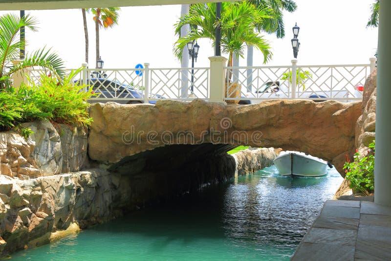 Ett fartyg, en bro och palmträd på den Aruba ön royaltyfria foton