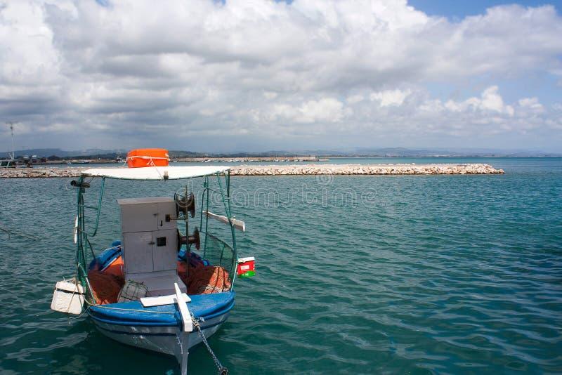 Ett fartyg i porten av Katakolon, Grekland royaltyfria foton