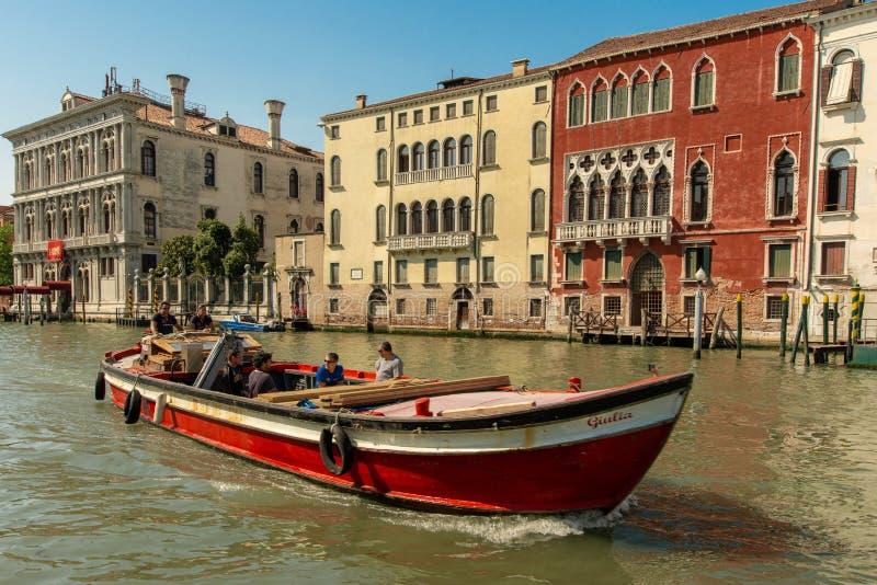 Ett fartyg på den storslagna kanalen i Venedig arkivbild