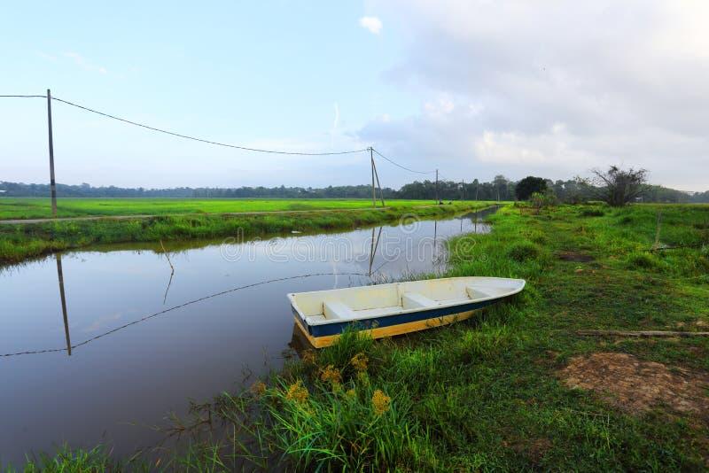 Ett fartyg på en kanal/en flod royaltyfri bild