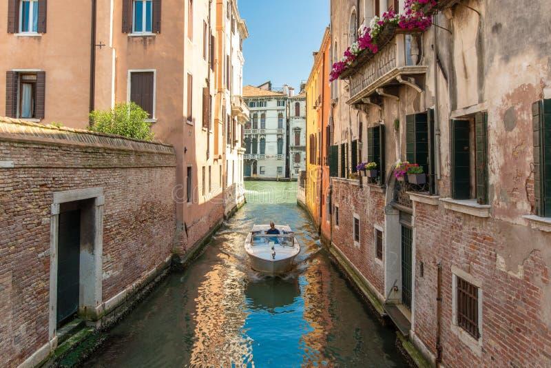 Ett fartyg på en kanal i Venedig arkivbilder