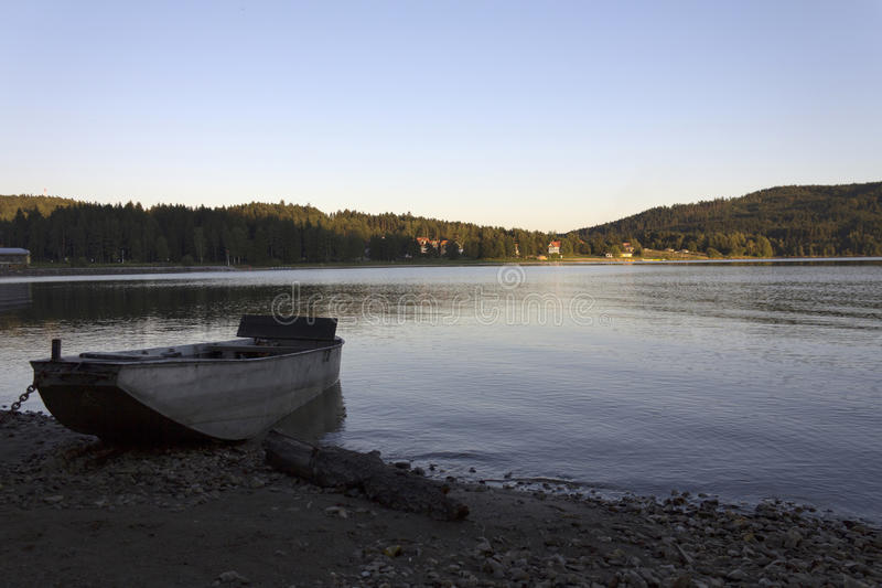 Ett fartyg på en lake royaltyfria foton