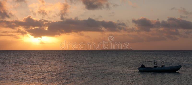 Ett fartyg på ett hav under en härlig solnedgång i Tonga arkivbild