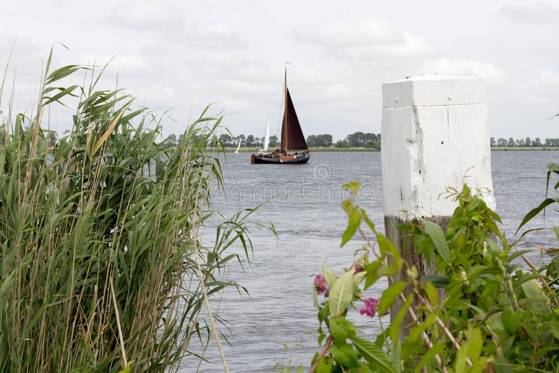Ett fartyg på sjön i det västra av Nederländerna arkivbilder