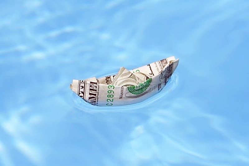 Ett fartyg som göras av pappers- pengar royaltyfria bilder