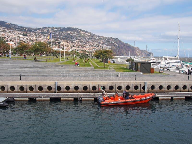 Ett fartyg som tillh?r IFCNEN institutet f?r skogsbruk och naturv?rd som f?rt?jas i den Funchal hamnen med fritidfartyg, parkerar royaltyfria bilder