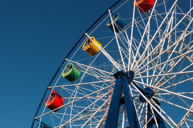 Ett ferrishjul och den blåa himlen fotografering för bildbyråer