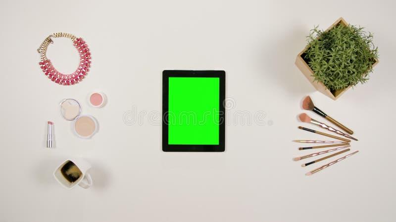 Ett finger för dam` som s trycker på en minnestavla fotografering för bildbyråer