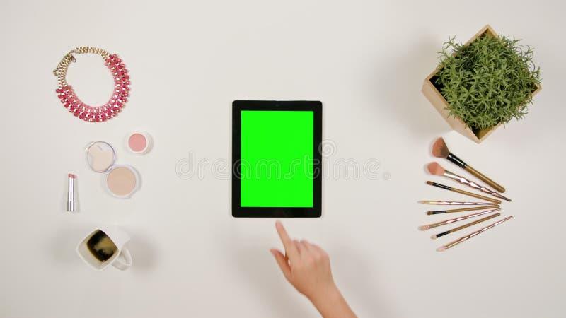 Ett finger för dam` som s trycker på en minnestavla royaltyfria bilder