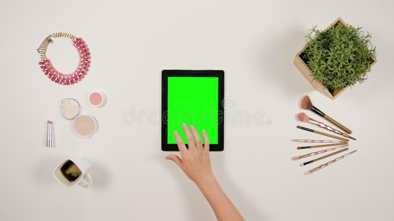 Ett finger för dam` som s trycker på en minnestavla arkivbilder