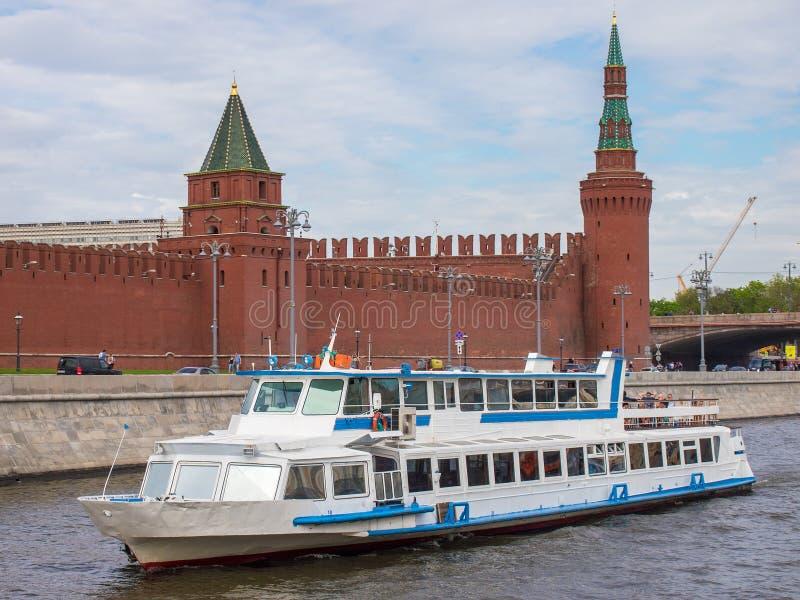 Ett flodfartyg svävar ner floden på bakgrunden av Kreml royaltyfria bilder