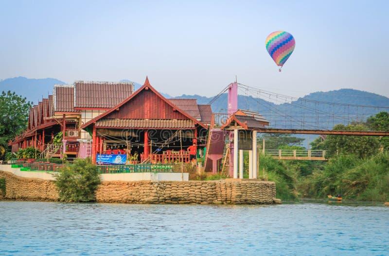 Ett flyg för ballong för varm luft över den pittoreska byn av Vang Vieng fotografering för bildbyråer