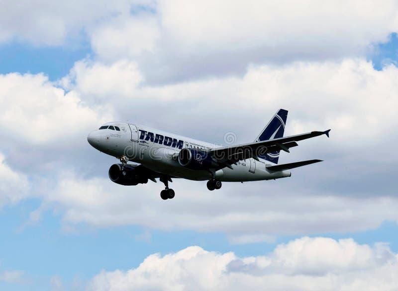 Ett flygplan av TAROM royaltyfria foton