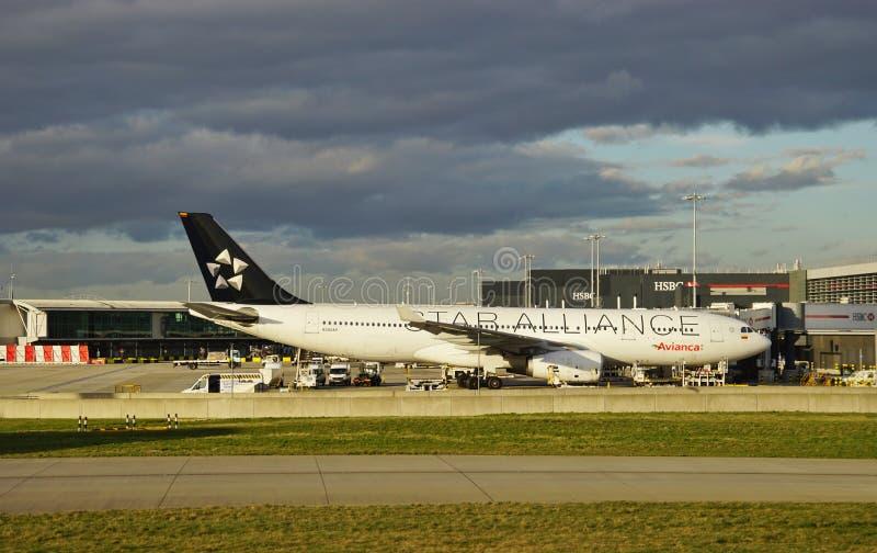 Ett flygplan för flygbuss A330 från det colombianska flygbolaget Avianca (AV) med en Star Alliance livré arkivfoton
