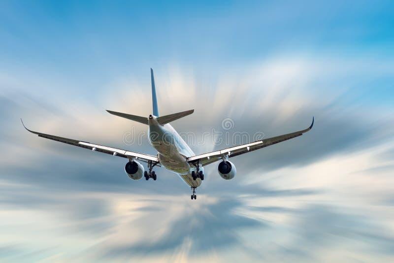 Ett flygplan flyger i molnhimlen på semesterresan, internationellt flyg och passagerare trans., ferietur arkivbild