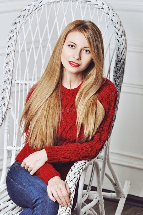 Ett foto av den härliga flickan är i modestil, glamour röd tröja royaltyfria foton