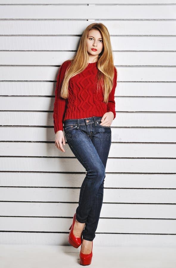 Ett foto av den härliga flickan är i modestil, glamour röd tröja arkivfoton