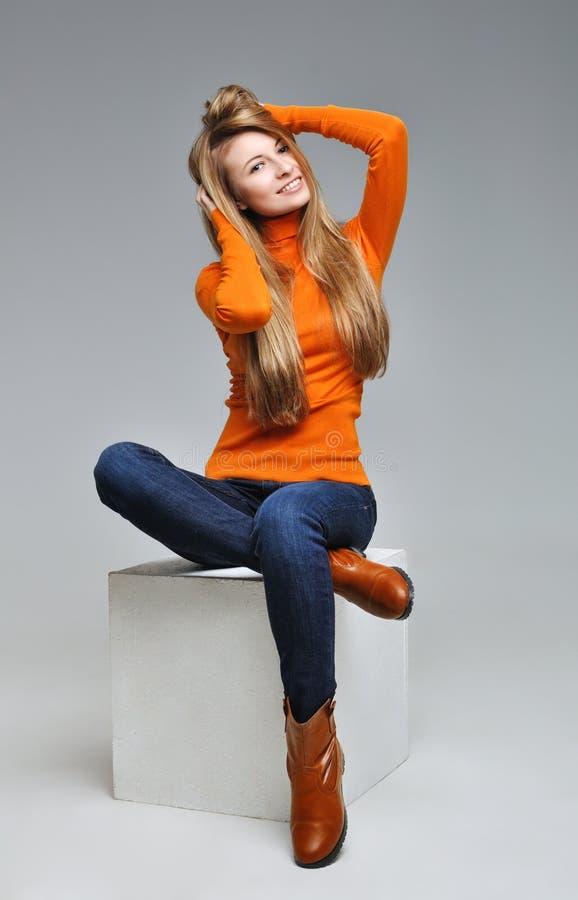 Ett foto av den härliga flickan är i modestil, glamur arkivbild