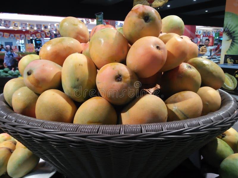 Ett foto av en mango som tas på mitt ställe av affären royaltyfria bilder
