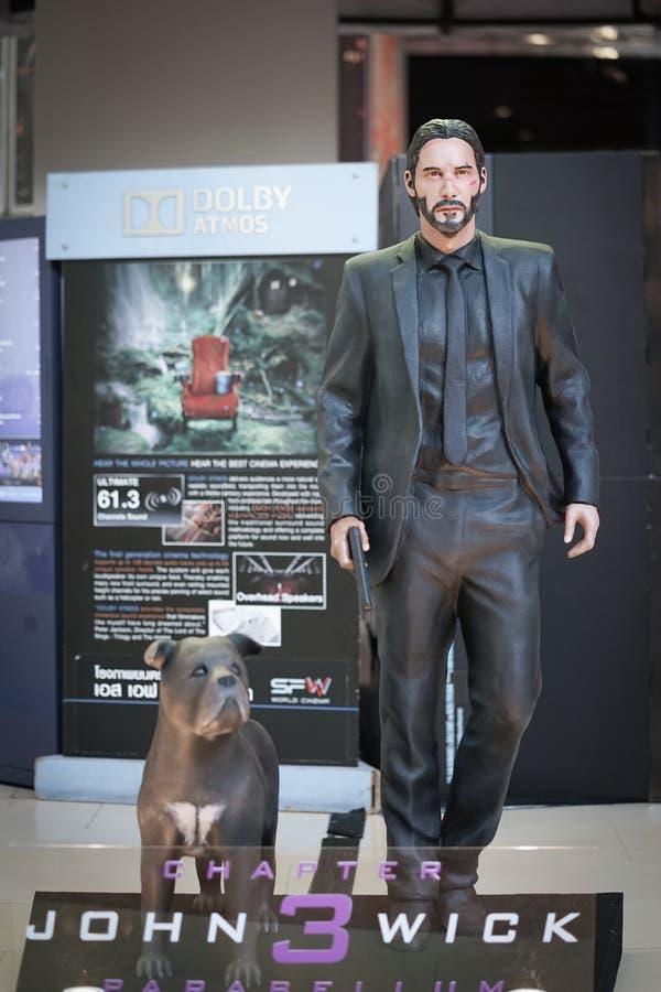 Ett foto av John Wick och hans Pitbull hund, partner - i - brott Det i naturlig storlek diagramet av John Wick ?r royaltyfri bild
