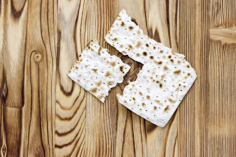 Ett foto av två stycken av matzah eller matza på trätabellen Matzah för de judiska påskhögtidferierna Ställe för text, kopierings arkivbilder