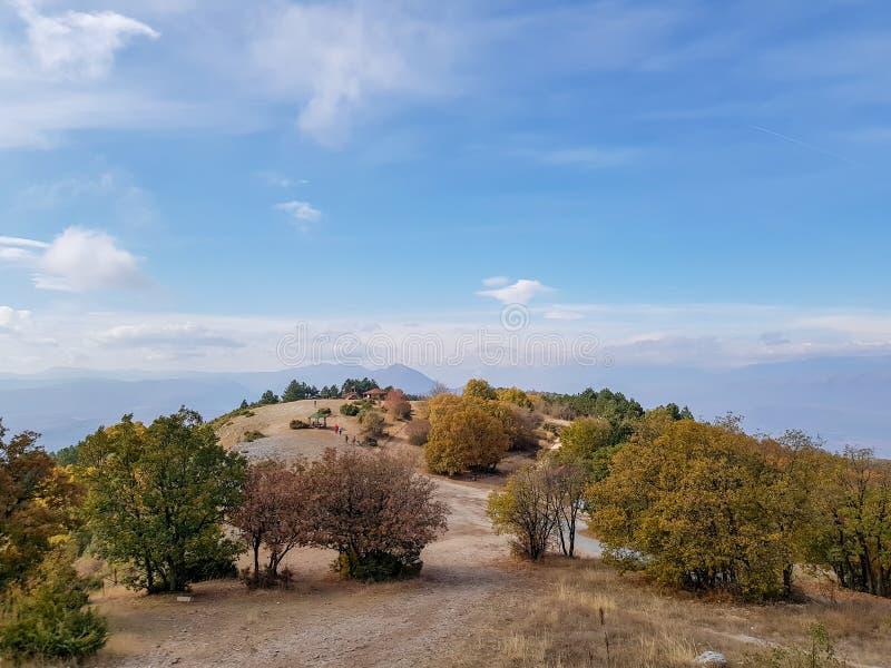 Ett fotografi av överkanten av berget Vodno i Skopje royaltyfria bilder