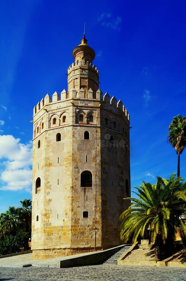 Ett fotografi av tornet av guld i Seville, sydliga Spanien royaltyfri foto
