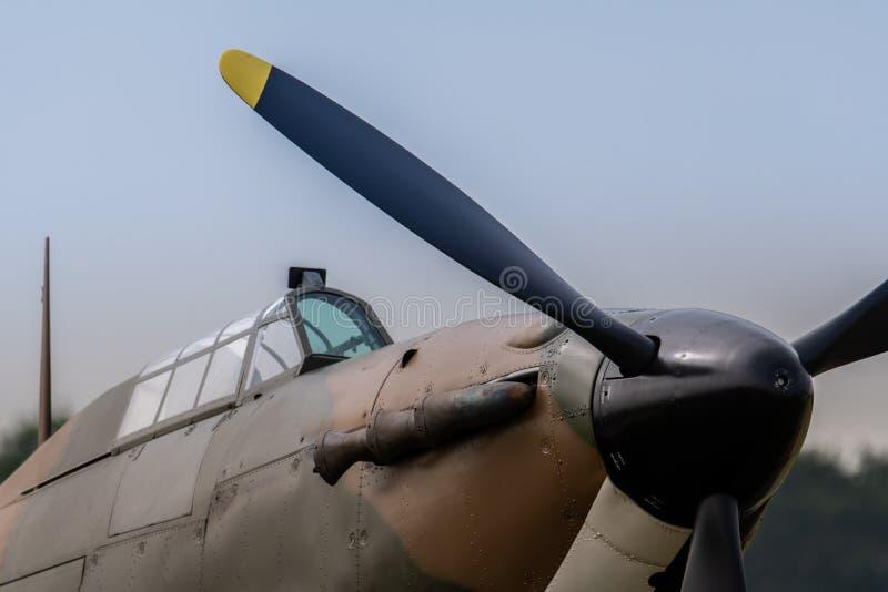 Ett fotografi som dokumenterar propellern och cockpitexponeringsglaset av ett R royaltyfri bild