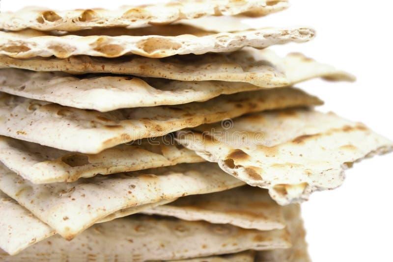 Ett främre foto av många stycken av matzah eller matza som isoleras på vit bakgrund Matzah för de judiska påskhögtidferierna Sele royaltyfri foto