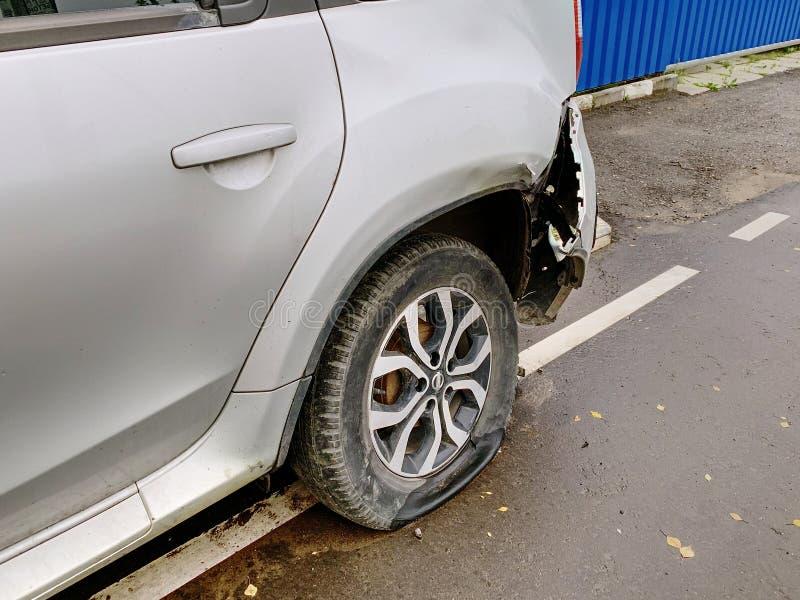 Ett fragment av bilen på sidlinjerna Plant gummihjul och bruten stötdämpare royaltyfria foton