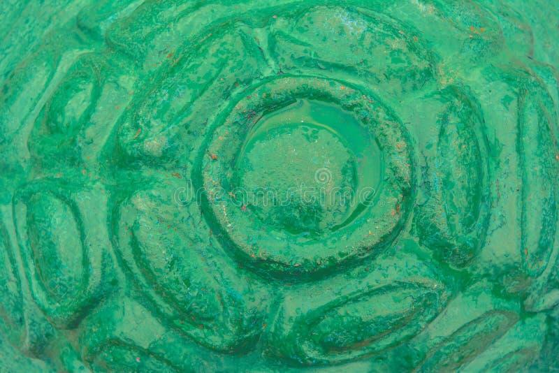 Ett fragment av efterföljd av det konkreta cementskalet av sköldpaddan med grön målarfärg arkivbilder