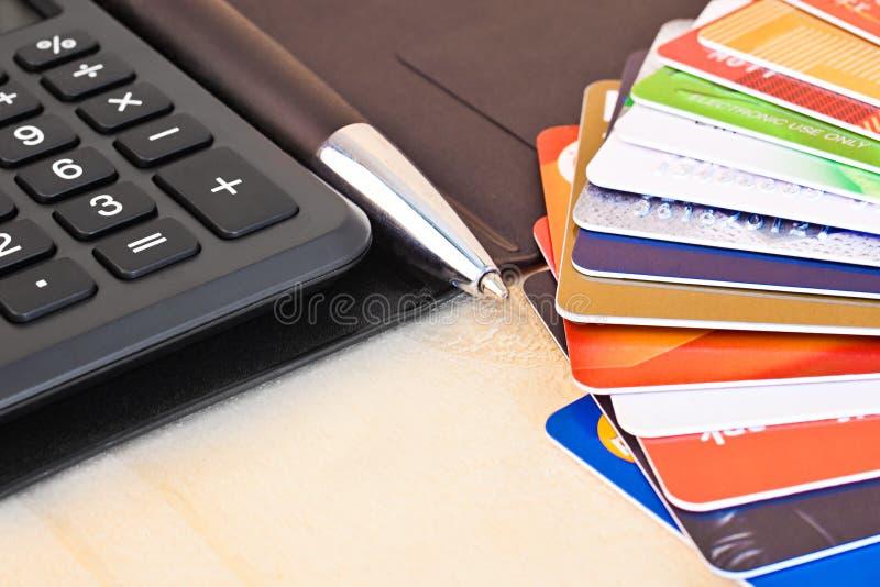 Ett fragment av en räknemaskin och kreditkortar arkivfoton