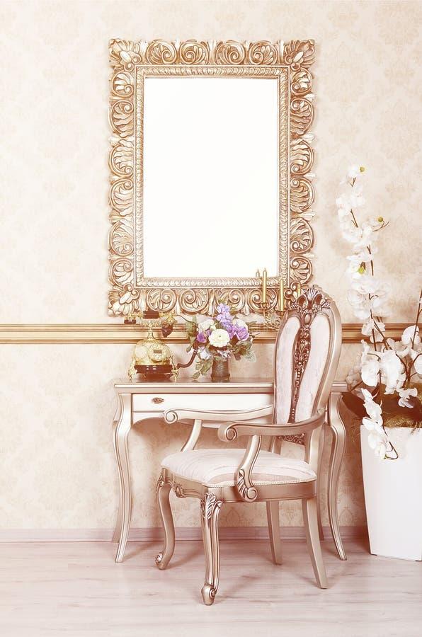 Ett fragment av en retro inre med en stol och en tabell, som är på en telefon och en vas av blommor Ovanför tabellen hänger vektor illustrationer