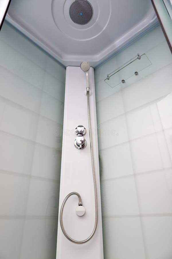 Ett fragment av moderna duschar med rörmokeri royaltyfri bild