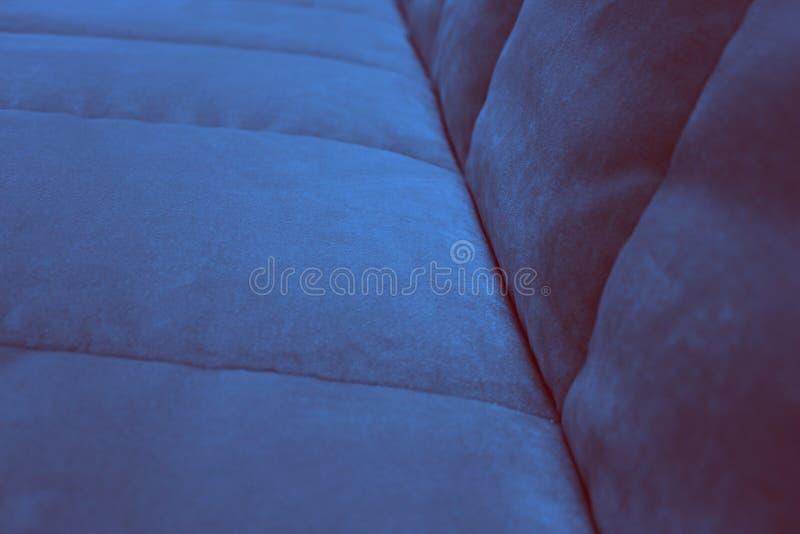 Ett fragment av platsen och tillbaka av den marinblåa soffan royaltyfria foton