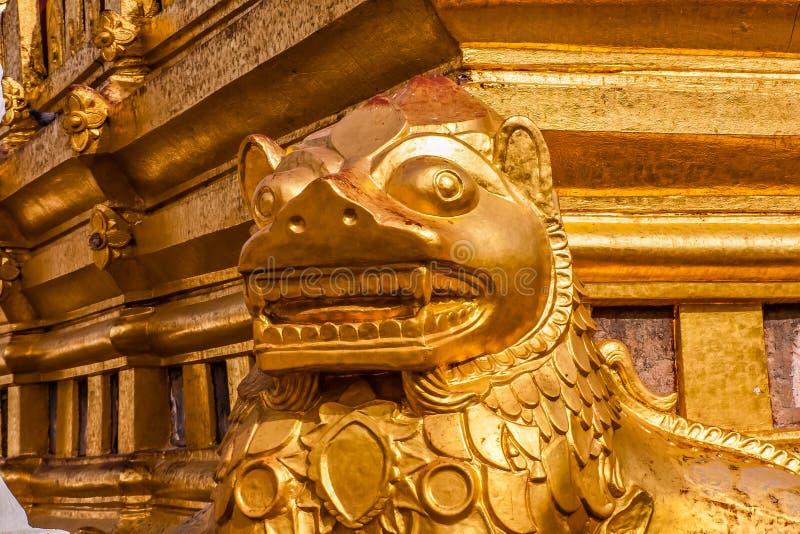 Ett fragment av yttersidan av den Shwezigon pagoden eller Shwezigonen Paya, Nyaung-U, Myanmar arkivfoton